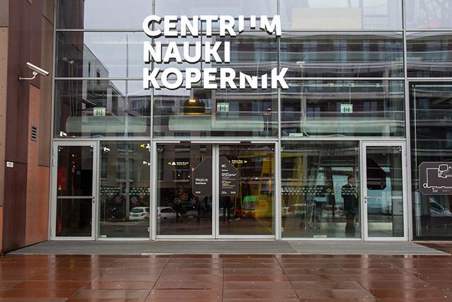 Zdjęcie przedstawia drzwi wejściowe do Centrum Nauki Kopernik.