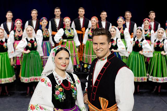 Zdjęcie przedstawia zespół pieśni i tańca w strojach ludowych.