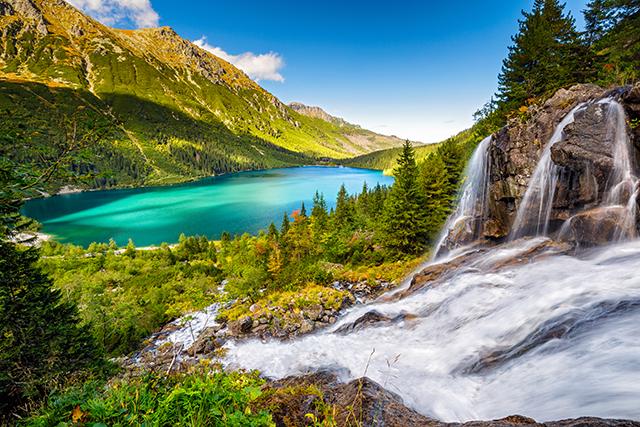 Zdjęcie przedstawia jezioro na tle gór.