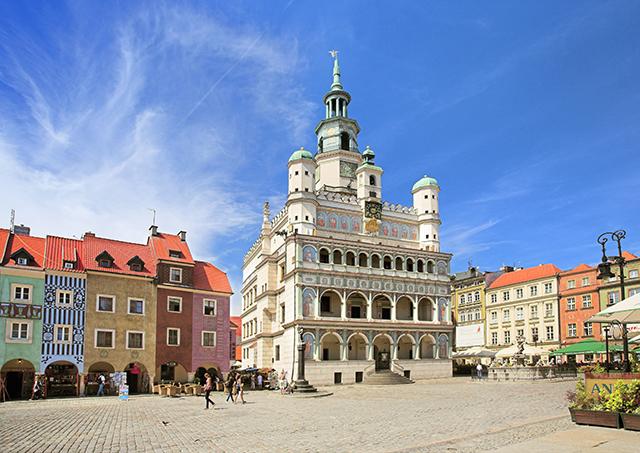 Zdjęcie przedstawia ratusz i okoliczne kamienice starego rynku w Poznaniu.
