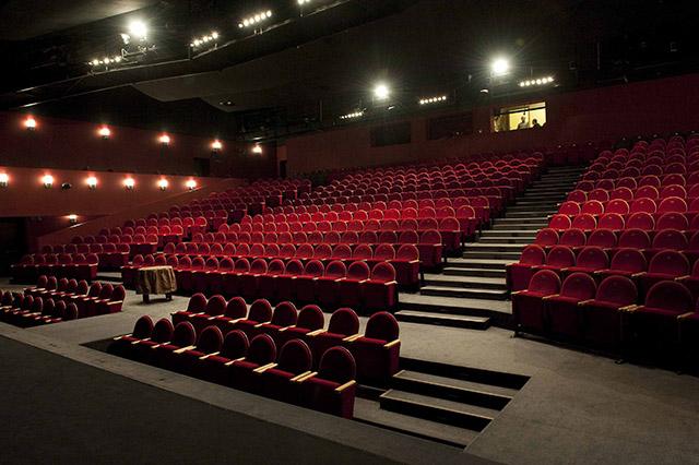 Zdjęcie przedstawia pustą widownię na sali teatru.